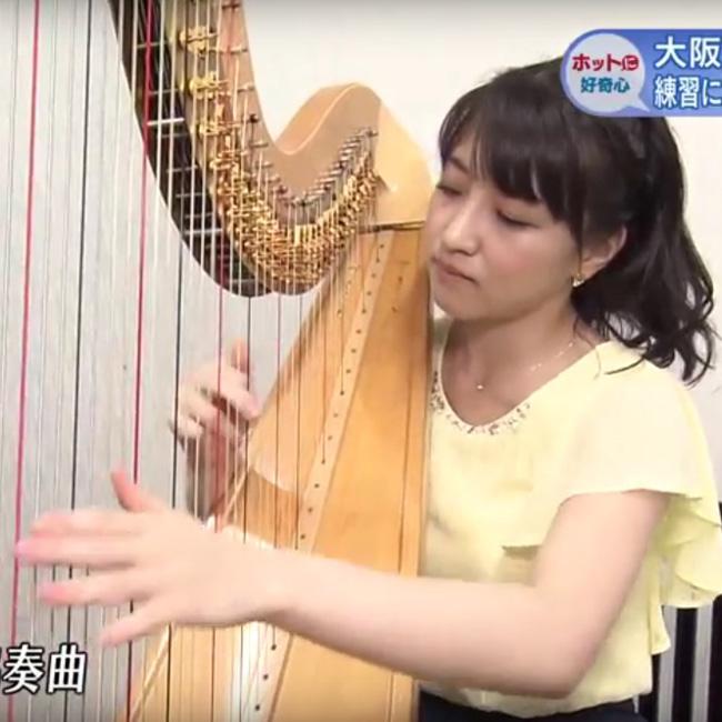 ハープを奏でる赤木野々花アナウンサー(NHK)