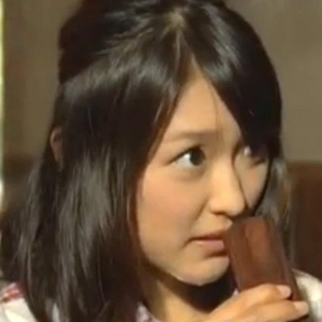 近江友里恵アナ(NHK)のあごに絆創膏