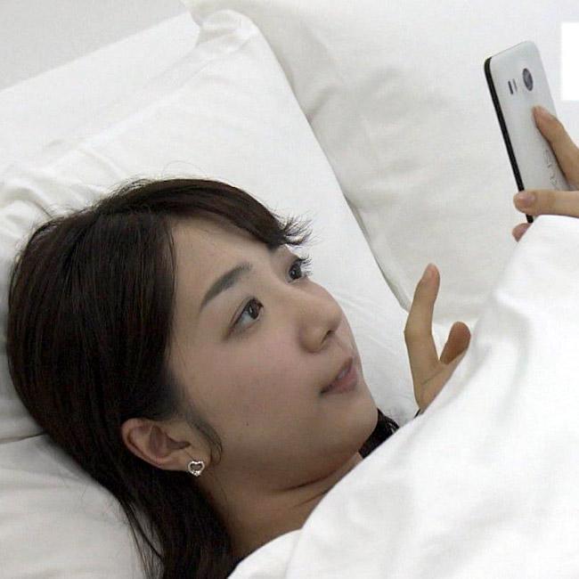 保里小百合アナがベッドでスマホいじり『なるほど実感ドドド!』より